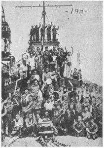 """La marinería del destructor """"Sánchez Bazcáiztegui"""", amotinada contra la oficialidad, después de haberse apoderado del barco, según fotografía del periódico """"Ahora"""", del 30 de agosto del año 1936"""