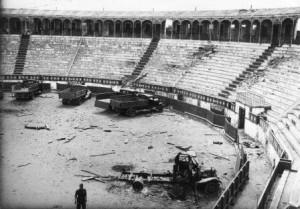 Figura 37. Estado de la plaza de toros de Badajoz el día 15 de agosto de 1936 y (publicada en el lisboeta Diário de Noticias el 17 de ese mes). Según la propaganda, en ese día se produjeron miles de fusilamientos con un tendido repleto de público. La realidad es otra, es la imagen gráfica de la crónica que firmó ese día el portugués Mario Neves: «Nos dirigimos en seguida a la plaza de toros, donde se concentraban los camiones de las milicias populares, muchos de ellos están destruidos (…) este lugar ha sido bombardeado varias veces; sobre la arena se ven algunos cadáveres (…) todavía hay, aquí y allá, algunas bombas que no han explotado, lo que hace difícil una visita pormenorizada».