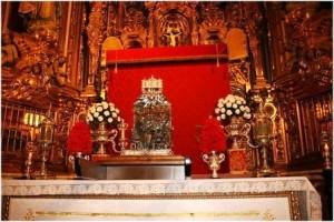 Las reliquias de S. Juan de la Cruz (centro) entre las de S. Cecilio y S. Tesifón, en Sacromonte. Arriba las hornacinas que contienen estas últimas, al lado del Cristo del retablo