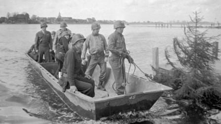 Militares norteamericanos cruzan el río Elba, 25 de abril de 1945 RIA Novosti / P. Bernshtéin