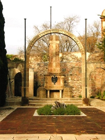 Desaparecido monumento en homenaje a las víctimas del terror rojo. Foso de Santa Elena (Castillo de Montjuic, Barcelona)