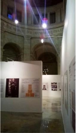 El Monumento convertido en Sala de Exposiciones, no siempre acordes con la dignidad del Monumento. La exposición sobre la Madre Teresa y otras de arte religioso han demostrado lo mucho y bueno que se puede hacer. Foto: JFG 2015