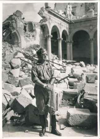 El general Moscardó, en las ruinas del Alcázar