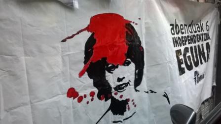 Calle Navarrería de Pamplona. Pancarta denunciada verbalmente al retén de la Policía Foral que estaba en la actual Diputación Foral. Representa a la presidenta Yolanda Barcina (20-XII-2014).