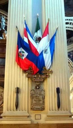Banderas de la Hispanidad en la Basílica del Pilar (Zaragoza). Junto a ellas las bombas (sin explotar) que la aviación republicana arrojó en agosto de 1936