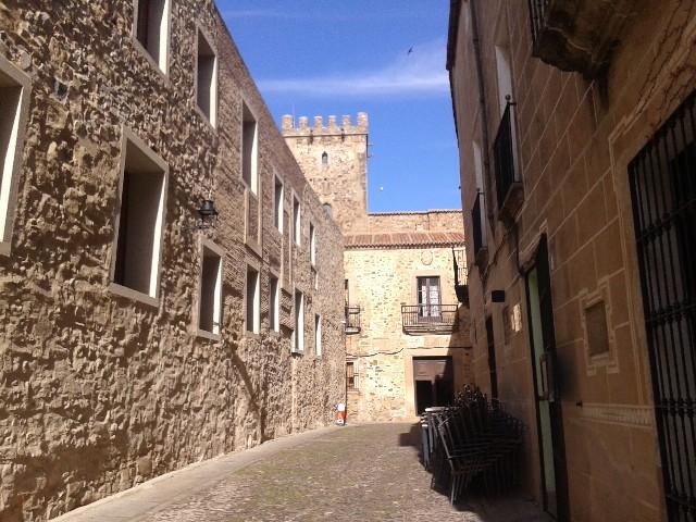 Cáceres: Calle del Conde con el Palacio de los Golfines al fondo. Lugar donde fue captada la fotografía.