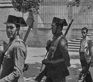 Guardias Civiles en Badajoz: 17-agosto-1936. Fuente: Antonio M. Barragán Lancharro y Moisés Domínguez Núñez: http://www.chdetrujillo.com/analisis-y-contextualizacion-de-las-imagenes-tomadas-por-rene-brut-en-la-ciudad-de-badajoz-el-17-y-18-de-agosto-de-1936/