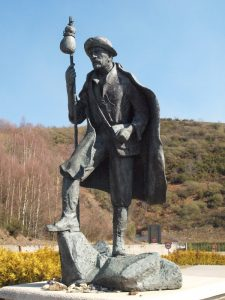 Estatua Peregrino en Piedrafita camino Santiago