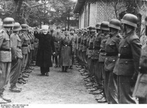 Muhammad Amin al Husayni pasando revista a voluntarios bosnios de las SS