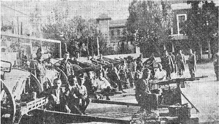 """Material capturado en Espejo expuesto en el patio del cuartel de Artillería. Foto de Santos: """"La Voz de Córdoba"""", 29-septiembre-1936"""